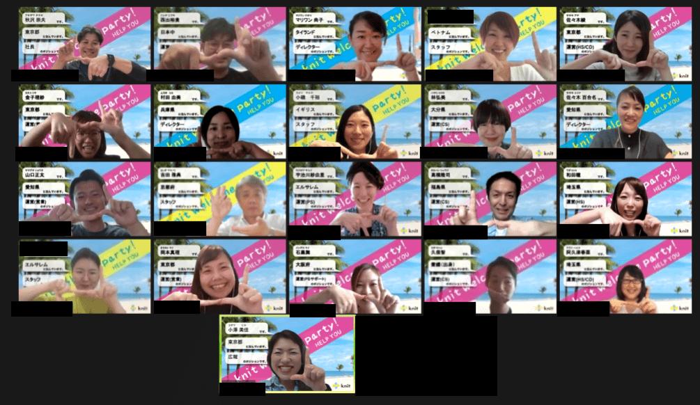 フリーランスメンバーの記念撮影。夏らしい砂浜の背景に皆さんの笑顔が映えますね。