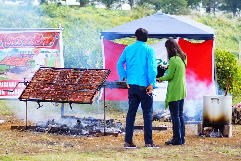 豚肉に塩とビールを振り炭火で焼くchancho al palo(チャンチョ アル パロ)は、ペルーの地方料理のひとつ