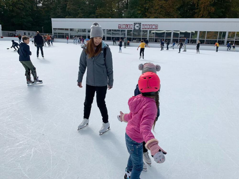 お住まいのスイス・チューリヒにて子どもたちとスケート くらしと仕事
